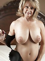 Immoral old gilf posing totally nude on pictures