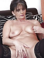 Mature strumpet spreading her pussy on picture