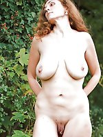 Mature strumpet posing totally naked on photo