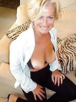 Naughty older woman posing fully naked on cam